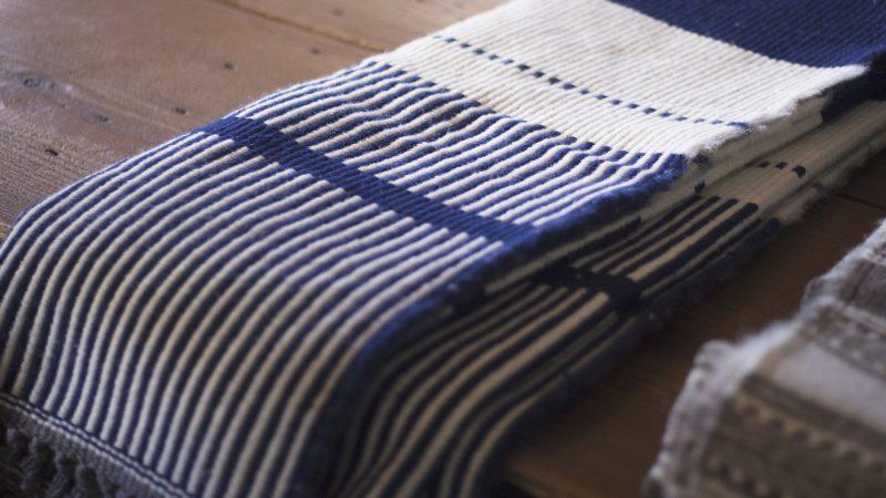 mantas em tons de azul e branco