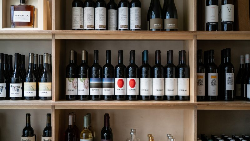 montra de vinhos no esporão no porto